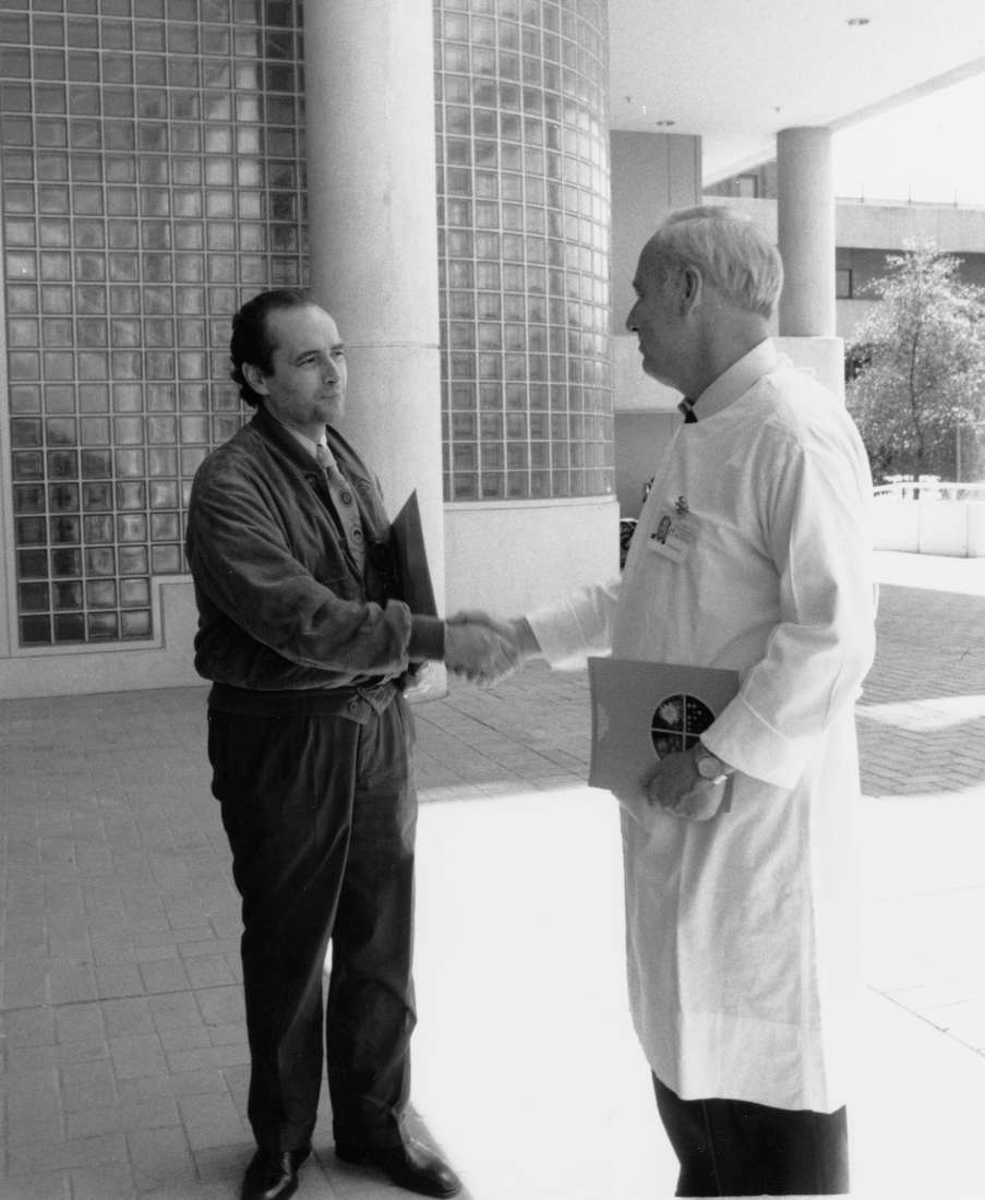 Jose Carreras and Don Metcalf shaking hands in front of the institute building in 1991.